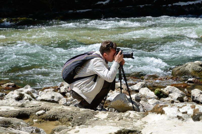 Fotografando nel canyon spagnolo famoso Foz de Lumbier fotografie stock
