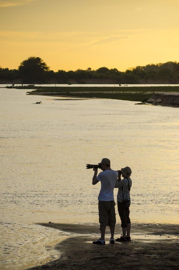 Fotografando o rio de Rufiji no por do sol fotos de stock royalty free
