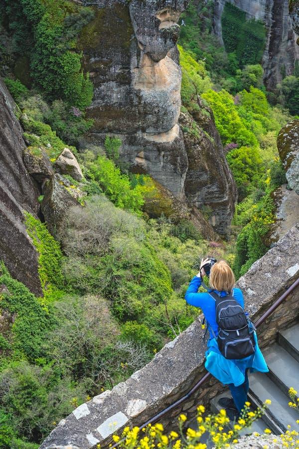 Fotografando a paisagem rochosa em Meteora imagem de stock royalty free