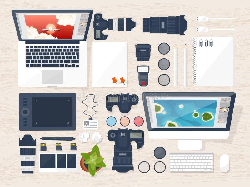 Fotografausrüstung auf einer Tabelle Fotografiewerkzeuge, redigierendes Foto, photoshooting flacher Hintergrund Digital photocame lizenzfreie abbildung
