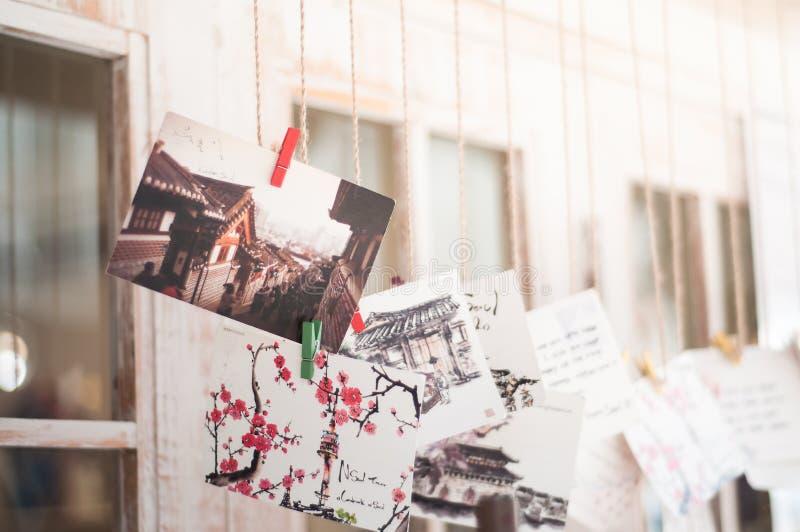 Fotografe e pintou poscards em Bukchon, Coreia fotografia de stock