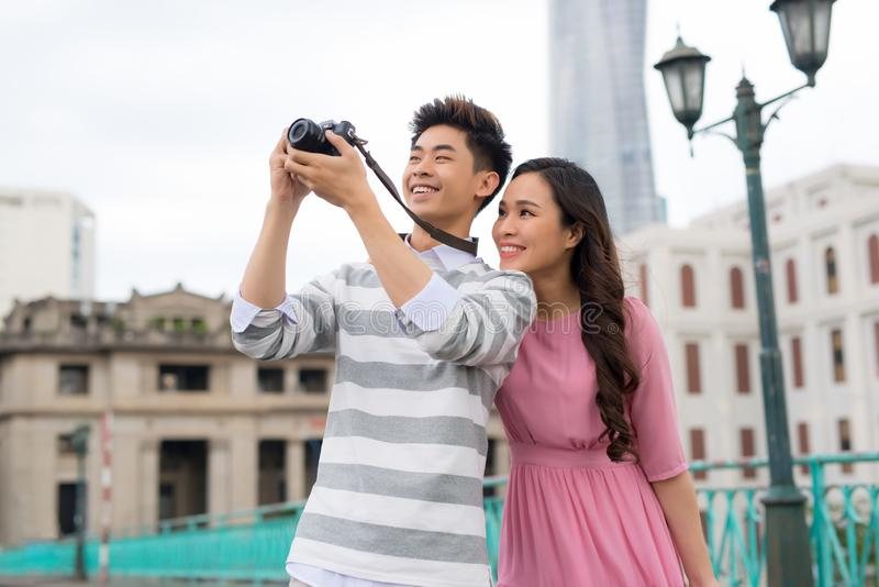 Fotografen, die Fotos von Gebäuden in Saigon machen lizenzfreie stockfotografie