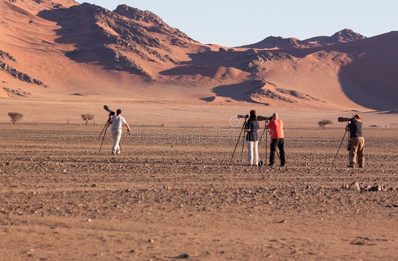 Fotografen die het perfecte schot van Duin 45, sossusvlei, Namibië in juli 2015 opstellen stock foto