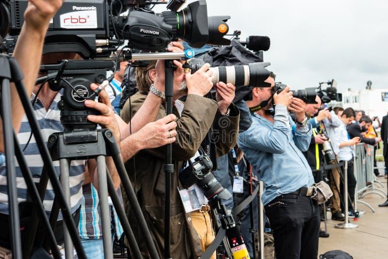 Fotografen en journalisten bij een persconferentie stock fotografie