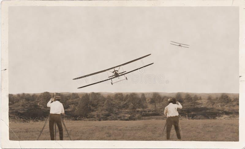 Fotografen, het oude vliegtuigen rennen Vinner het landen royalty-vrije stock afbeeldingen