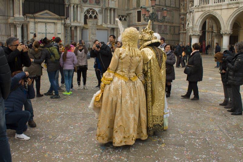 Fotografen machen Fotos eines Paares in den Karnevalskostümen in Venedig lizenzfreie stockfotos