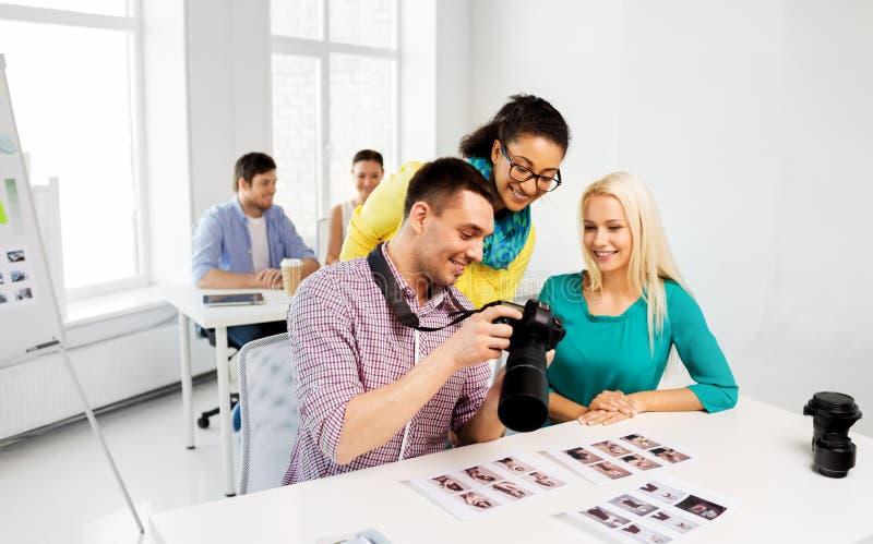 Fotografen met camera bij fotostudio stock afbeeldingen