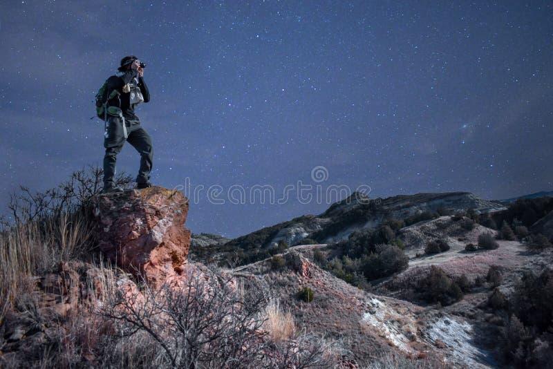 Fotografen spenderar hans tid som fotograferar stjärnorna över royaltyfri fotografi