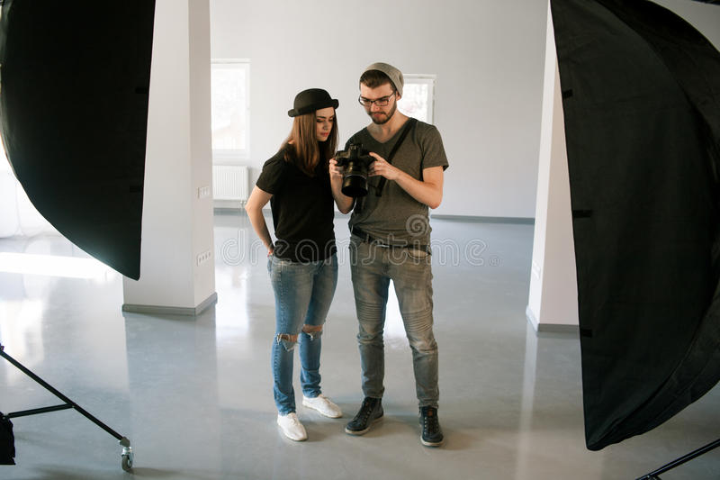 Fotografen talar med modellen på photoshoot fotografering för bildbyråer
