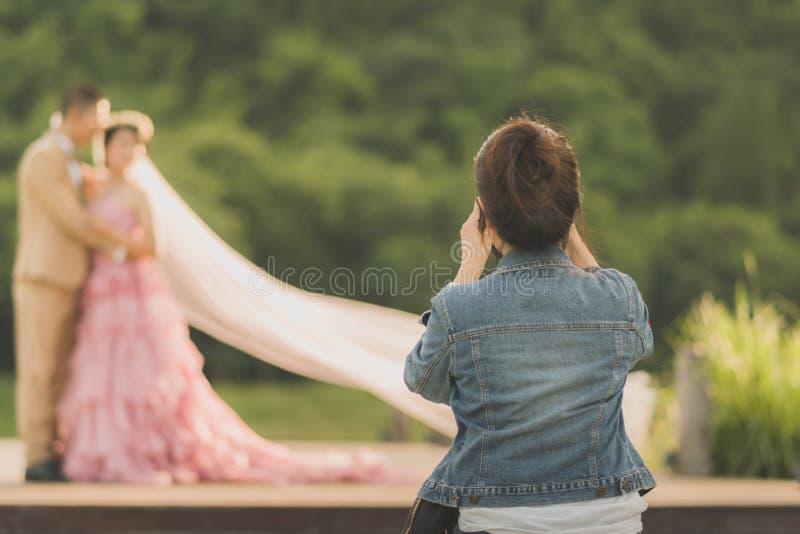 Fotografen tar pre-bröllop foto av bruden och brudgummen royaltyfri foto