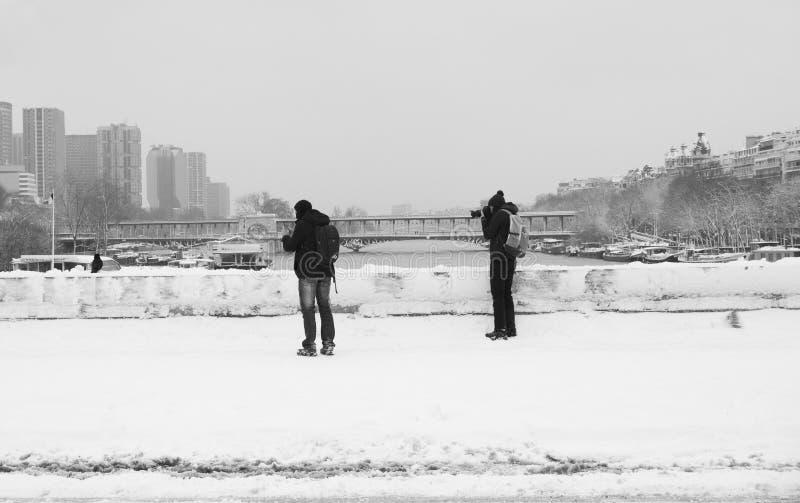 Fotografen van de Trocadero-Brug onder verse sneeuw stock afbeelding