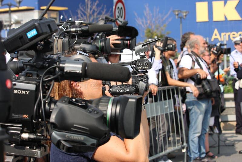 Fotografen, videoexploitanten en journalisten op het werk stock foto's