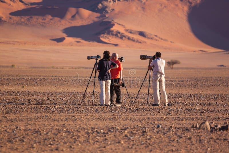 Fotografer som ställer upp det perfekta skottet av dyn 45, sossusvlei, Namibia i juli 2015 fotografering för bildbyråer