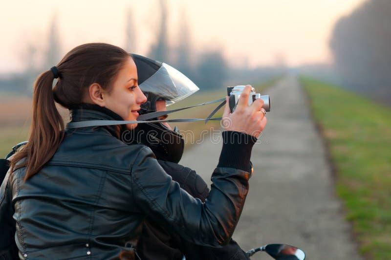 fotografera för flickamotorcykelnatur som är nätt royaltyfri foto