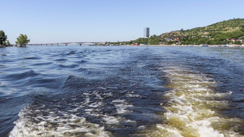 Fotografera från aktern av skeppet Sommarflodlandskap Volgaet River i Saratov arkivbilder