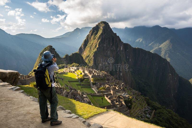 Fotografera Machu Picchu med smartphonen arkivbild