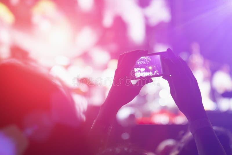 Fotografera med mobiltelefonen på konserten arkivbild