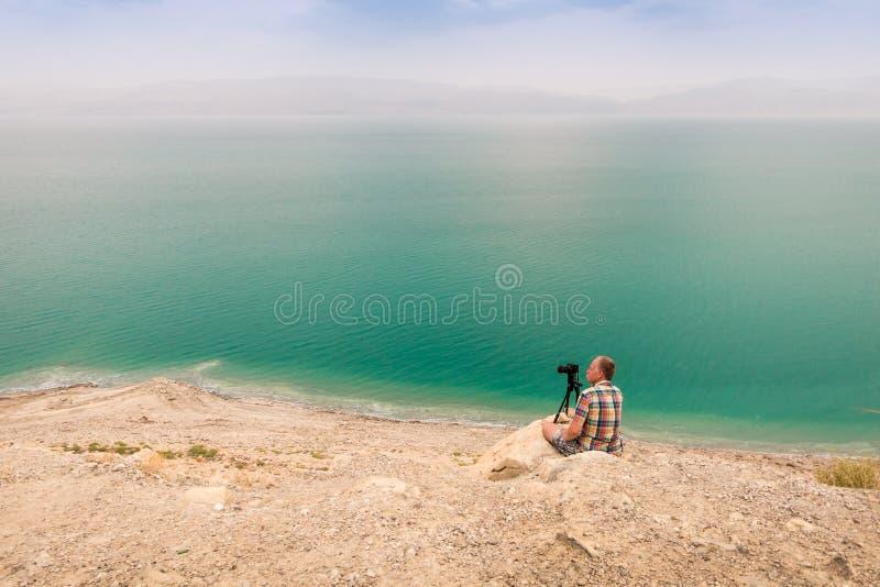 Fotografera på den döda havskusten, Israel royaltyfri fotografi