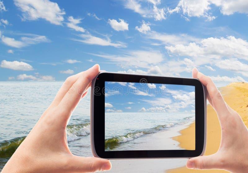 Fotografera smartphonesjösidan arkivfoto