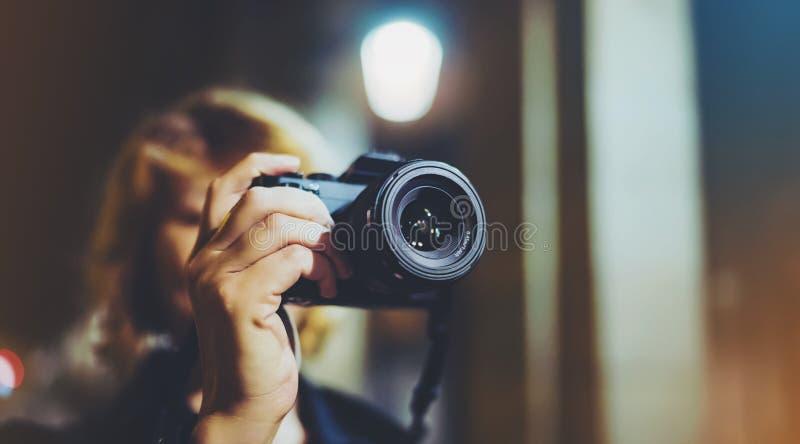 Fotografflickan som tycker om nattgatan i tur, handelsresande kopplar av livsstilbegreppet, foto för danande för hipsterfotvandra arkivbild