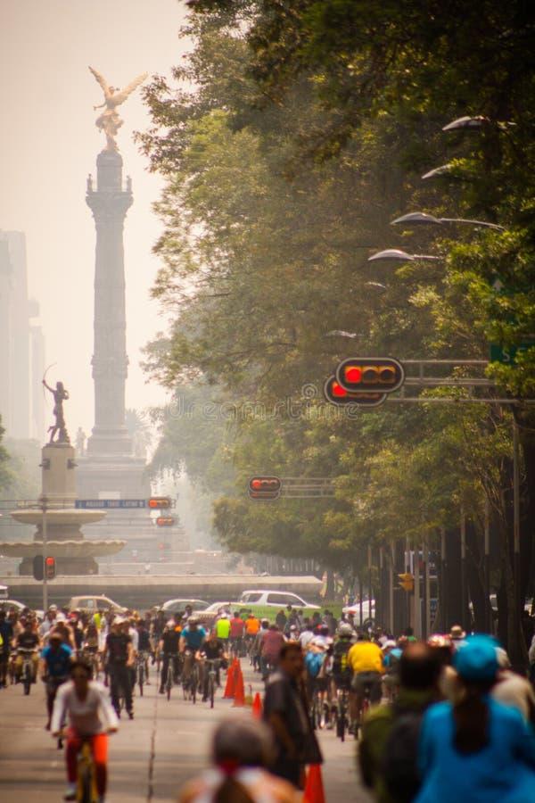 Fotografi av cyklister på Mexico - stad Angel Independencia bakom arkivfoto