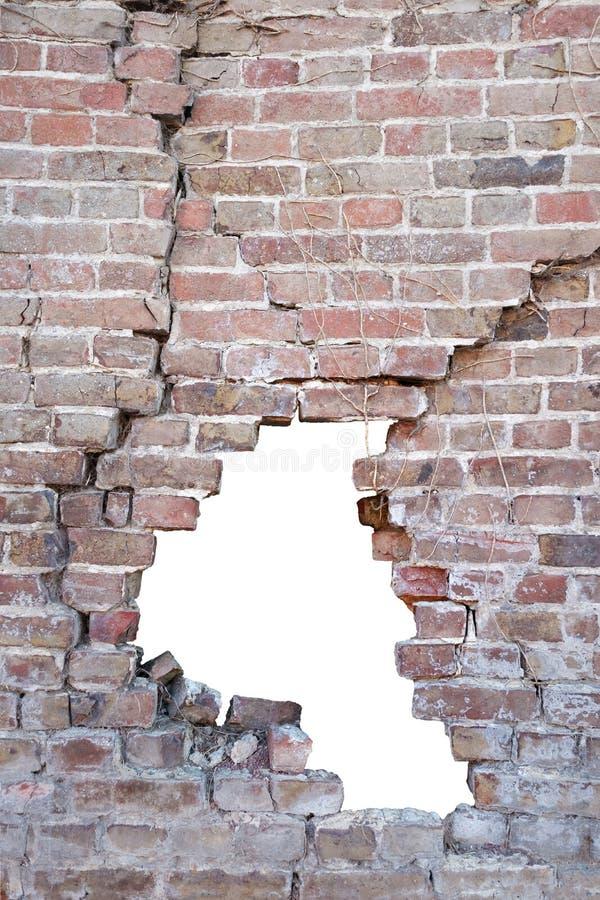 Fotografi av en bruten porös gammal tegelsten för tegelstenvägg med hålet efter olyckan, vit bakgrund som isoleras med urklippet royaltyfria bilder