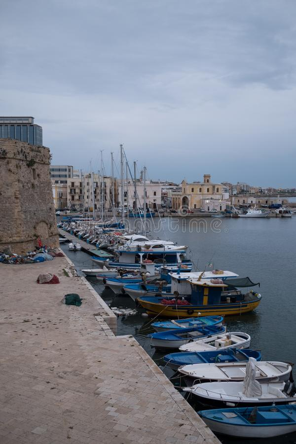 Fotografi av färgglade fiskebåtar i hamnen i staden av Gallipoli i den Salento halvön, Puglia, sydliga Italien royaltyfri bild