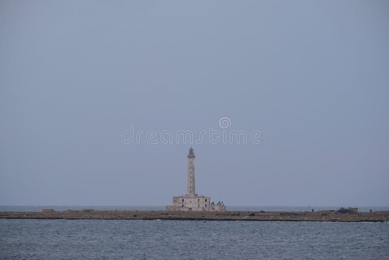 Fotografi av fyren på kustlinjen i staden av Gallipoli i den Salento halvön, Puglia, sydliga Italien arkivfoton