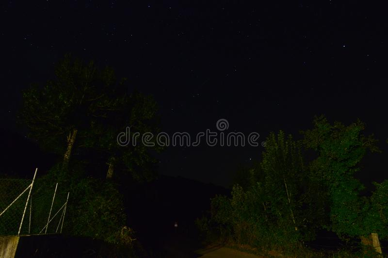 Fotografi av stjärnorna av universumet från en huvudväg exponerad med konstgjort ljus Nattfotografi, landskap, astrologi fotografering för bildbyråer