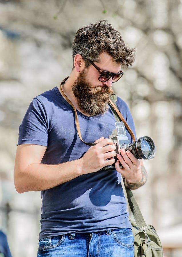 Fotografi che lo scelgono uomo dei pantaloni a vita bassa in occhiali da sole di estate retro attrezzatura fotografica Pantaloni  immagine stock libera da diritti