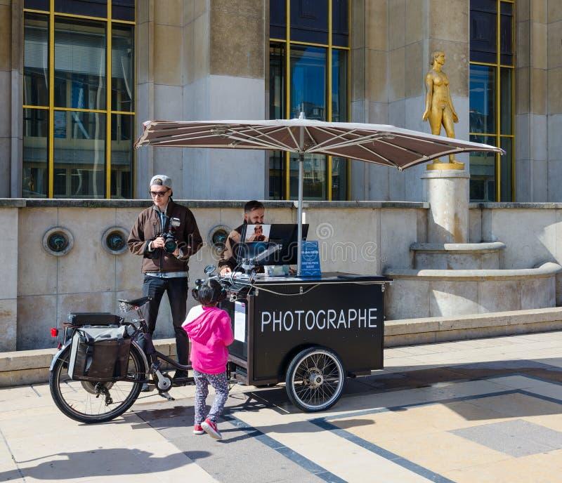 Fotografi e bambina su Place du Trocadero famoso vicino al palazzo di Chaillot, Parigi, Francia immagini stock libere da diritti