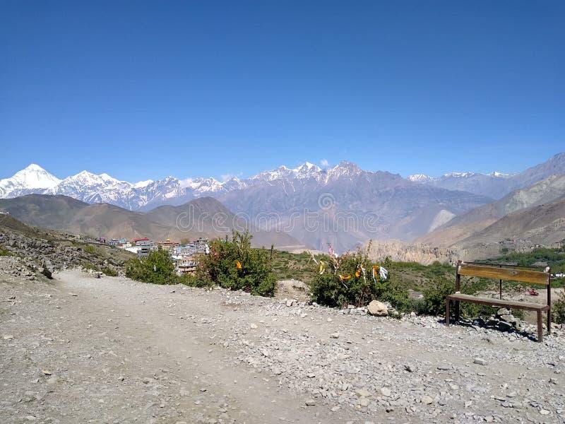 Fotografi eller studiobakgrund, tom bänk i förgrund, Dhaulagiri och Himalaya is-korkade berg i bakgrund royaltyfri bild