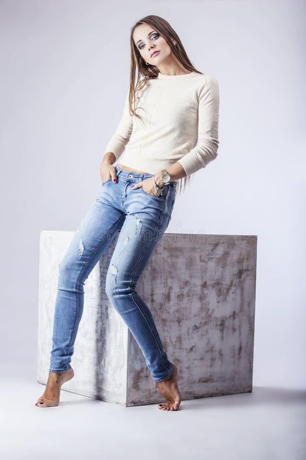 Fotografi för studio för kvinna för modemodell härligt royaltyfria foton