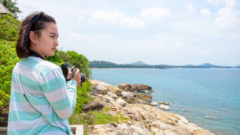 Fotografi för ung kvinna nära havet royaltyfri foto