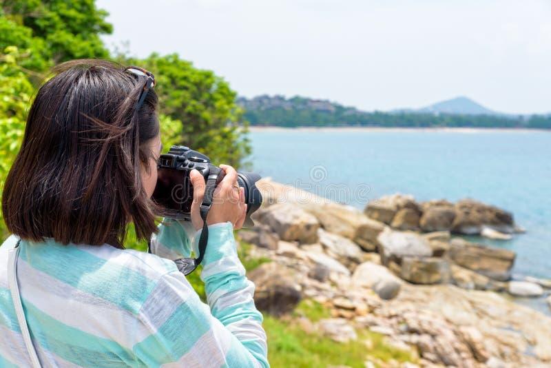 Fotografi för ung kvinna nära havet royaltyfria bilder
