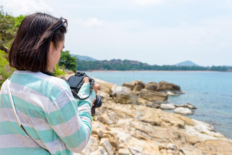 Fotografi för ung kvinna nära havet royaltyfria foton