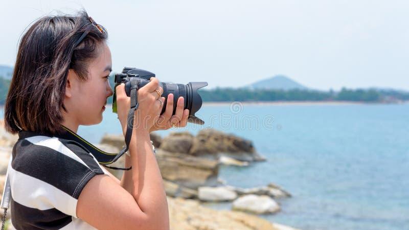 Fotografi för ung kvinna nära havet arkivfoto