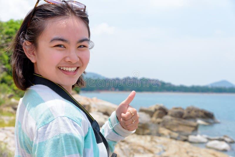 Fotografi för ung kvinna nära havet arkivbilder