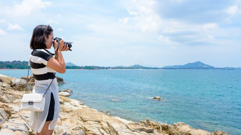 Fotografi för ung kvinna nära havet royaltyfri fotografi
