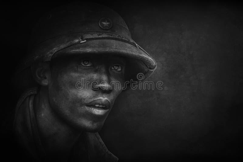 Fotografi stående av en vietnamesisk soldat med en militär hjälm royaltyfri foto