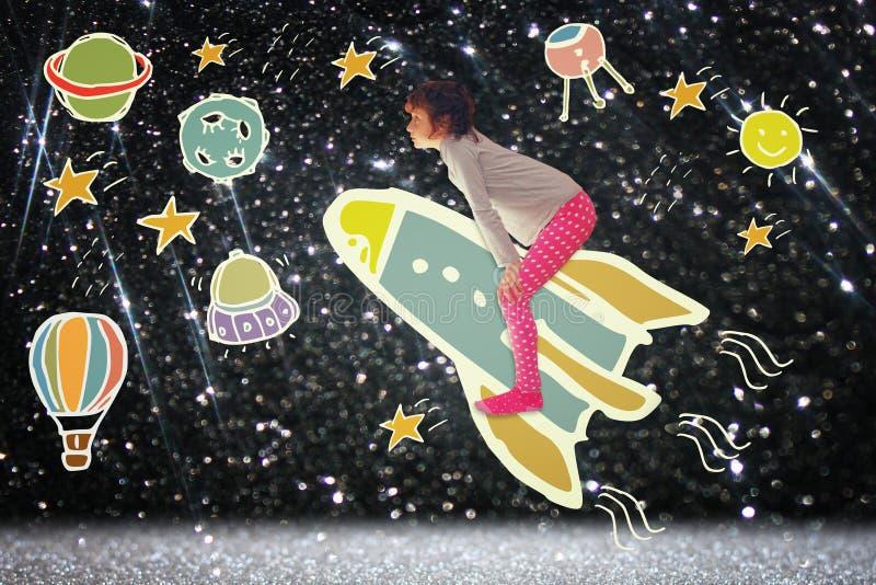 Fotografia śliczny dzieciak wyobraża sobie spachip lot wizerunek witka ustawiająca infographics nad glittery tłem ilustracja wektor