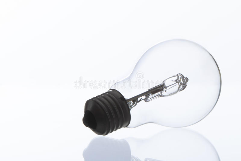 Fotografia żarówka na białym tle odbijającym puszku i zdjęcie royalty free