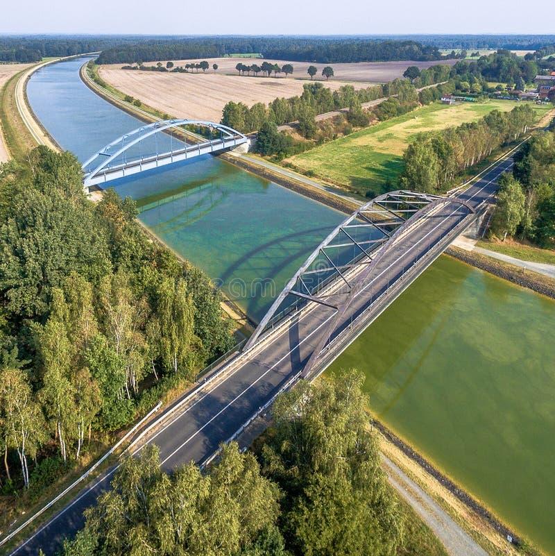 Fotografia aérea de facilidades infraestruturais para carros, trens e navios, overflight de um canal com uma ponte railway e uma  imagem de stock