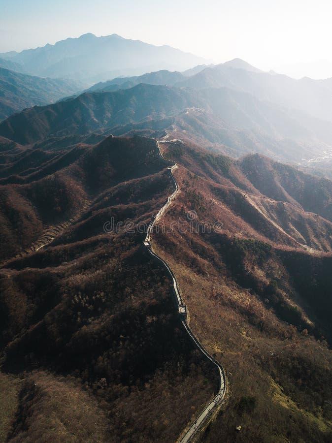 Fotografia aérea do zangão do Grande Muralha de China com a luz solar que brilha no lado fotografia de stock