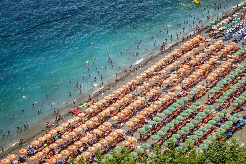 Fotografia aérea dos turistas que jogam e que tomam o sunbath em um s imagens de stock