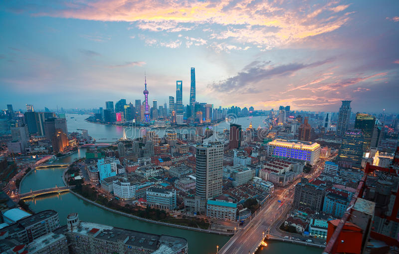 Fotografia aérea na skyline da barreira de Shanghai do fulgor do por do sol fotos de stock