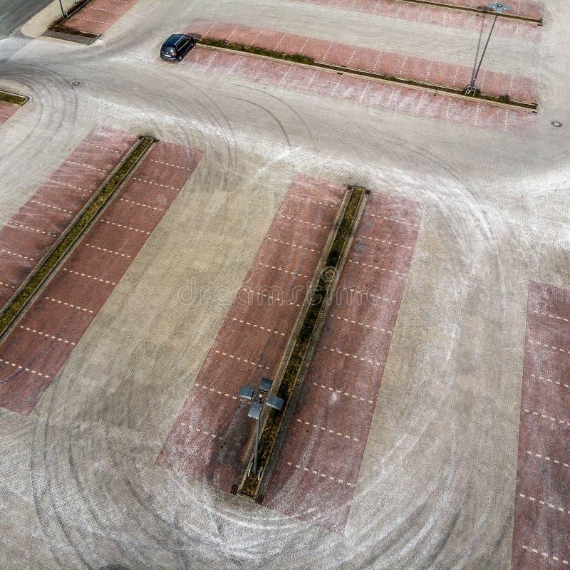 Fotografia aérea oblíqua de um parque de estacionamento vazio de um mercado de consumidores, vista aérea abstrata imagens de stock royalty free