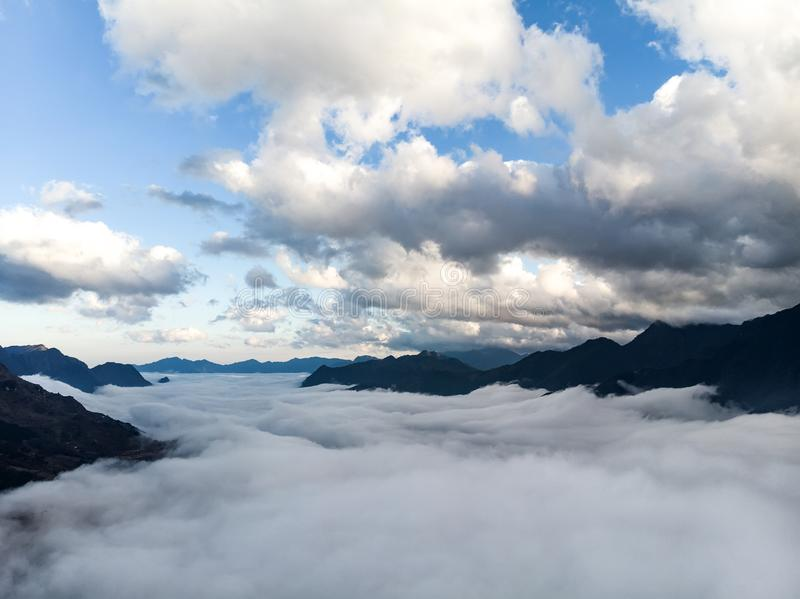 Fotografia abstrata da paisagem, montanhas encobertas nas nuvens Enevoe a flutuação entre picos de montanha, montanhas chinesas R fotos de stock