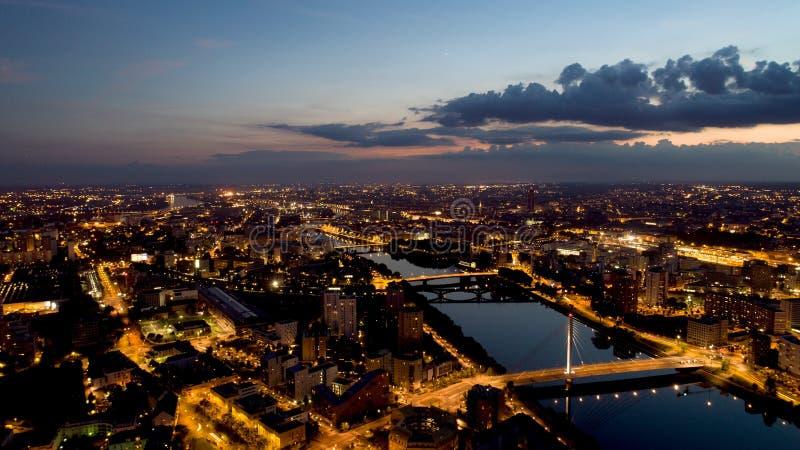 Fotografia aerea della città di Nantes alla notte fotografie stock libere da diritti
