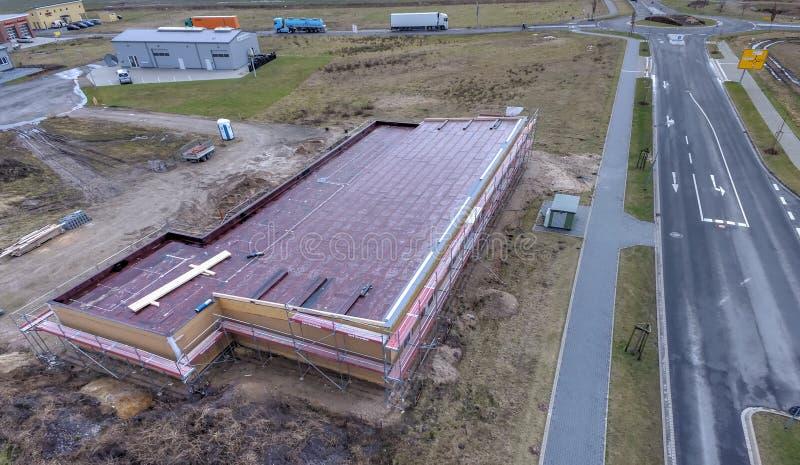 Fotografia aerea di nuova costruzione commerciale in un'area di novità sulle periferie della città immagini stock libere da diritti